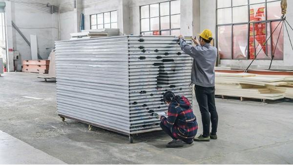 联合冠业揭晓选择彩钢夹芯板生产厂家的技巧